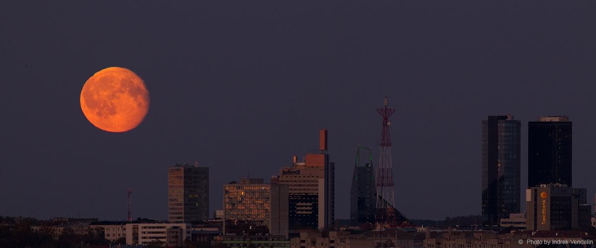 Oktoobri Kuu. Swedbank sätib logo kõrgemale.